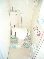 ビフォー:ウォシュレットの調子も悪く、汚れも落ちにくくなってきたトイレ。