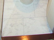 耐水性のあるフロアで、段差がなく汚れや傷がつきにくい材質を使用。